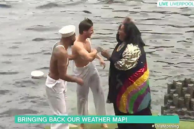 Сильно штормит: телеведущая столкнула ассистента в реку в прямом эфире