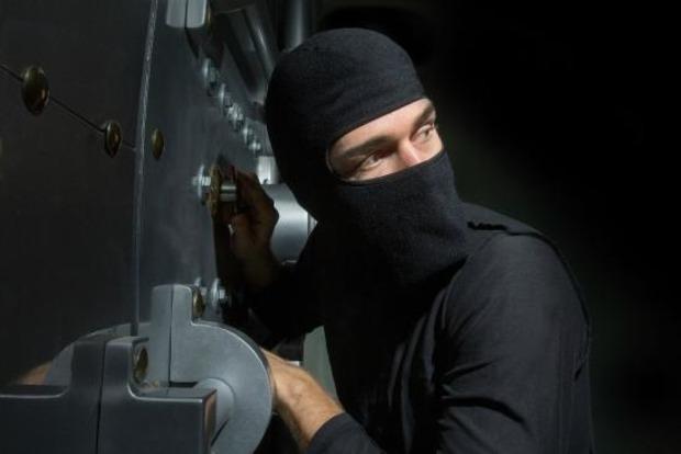 Входит, но не выходит: В России вор застрял в двери ограбленного магазина