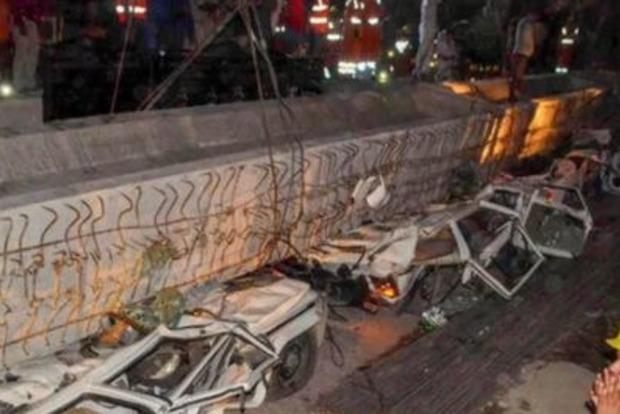 В Индии на людей рухнула дорожная эстакада. Фото, видео