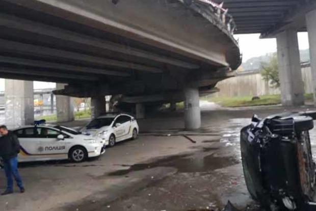 В Киеве авто с ребенком в салоне упало с моста