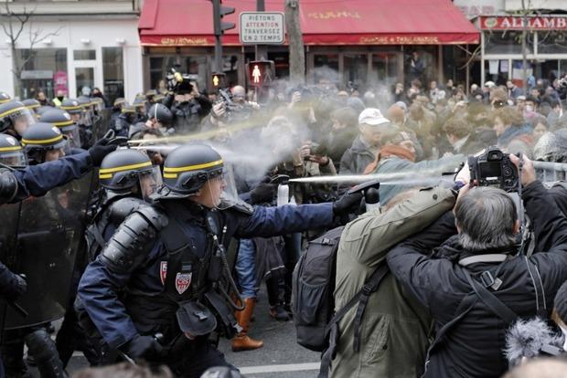 Столкновения в Париже: Люди в масках ранили шестерых полицейских
