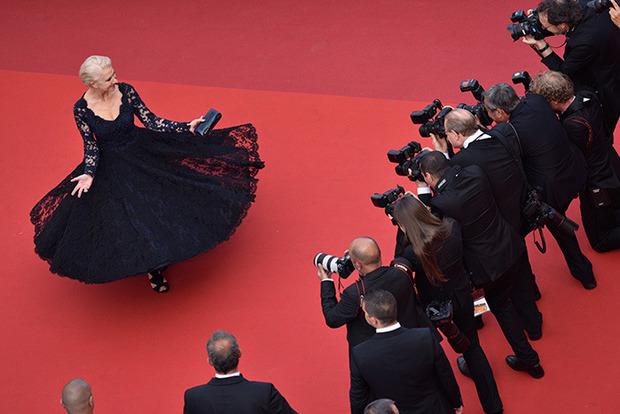 Голливудская актриса уже в третий раз упала на красной дорожке в Каннах