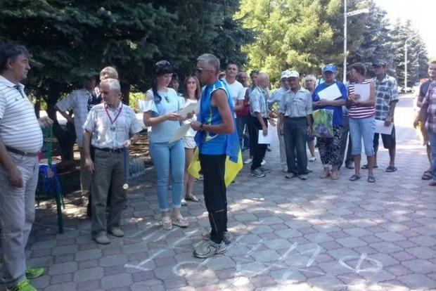 Воккупированном Стаханове спортсмен вышел за заслугой сукраинским флагом