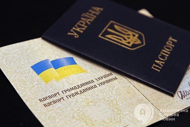 Порошенко поддержал идею убрать русский язык из паспортов украинцев