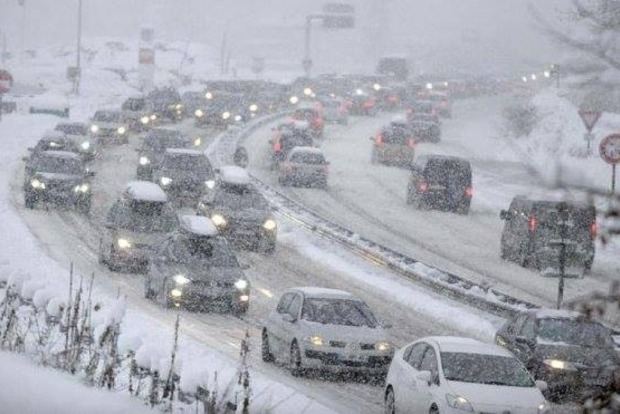 На Закарпатье обрушился снегопад, жители меняют автомобили на лыжи - фото и видео