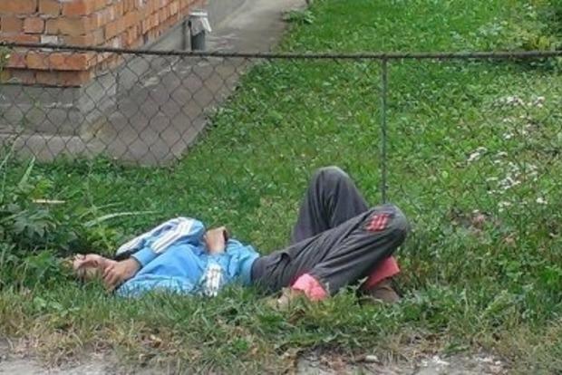 Пьяная мать спала посреди улицы, а рядом ждали ее голодные дети