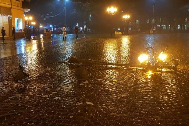 Пьяный чиновник Львовской ОГА сбил фонарь в центре Ужгорода и поехал дальше