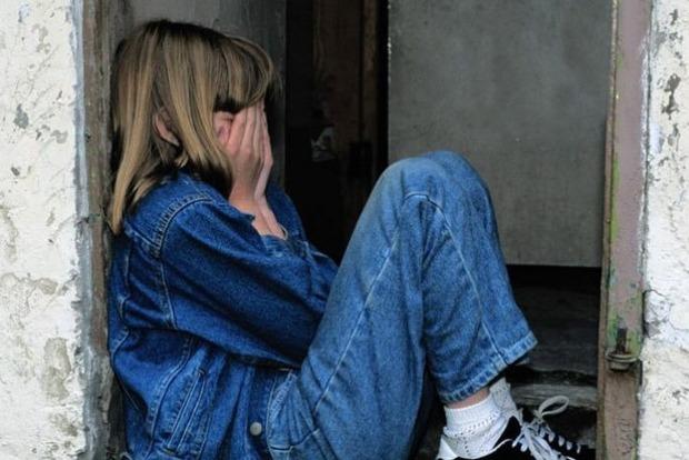 Терся и лез между ног: в Днепре мужчина домогался своей 12-летней племянницы