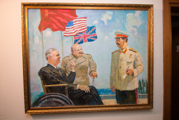 В Днепре активисты «С14» потребовали у отеля убрать портреты Ленина и Сталина