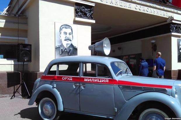 Метро в Москве украсили портретами Сталина и Кагановича