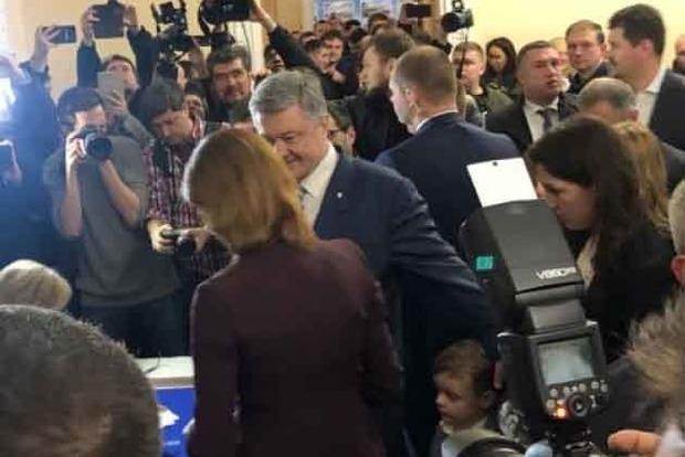 Президент Порошенко проголосовал на выборах за Украину