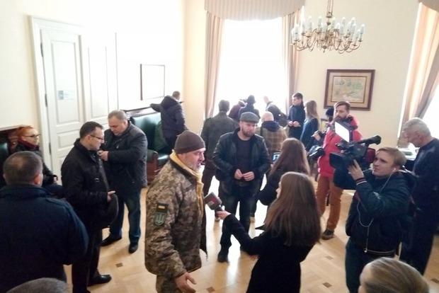 Вмэрию Львова вторглись «атошники» итребуют отставки городского головы