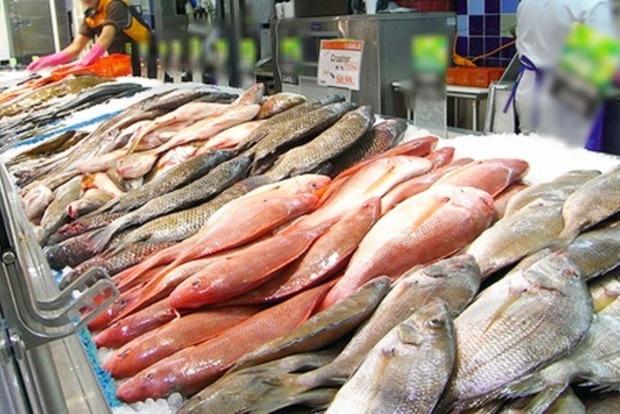 В Киеве купленной в супермаркете рыбой отравились три человека, один умер