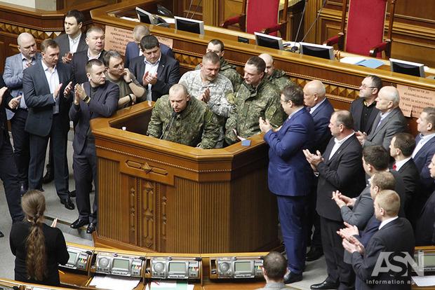Не блокируют трибуну и не предлагают альтернативу: настоящей оппозиции в Украине нет