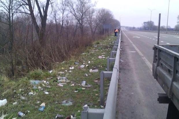 Мининфраструктуры повысит штрафы за мусор на дорогах – министр