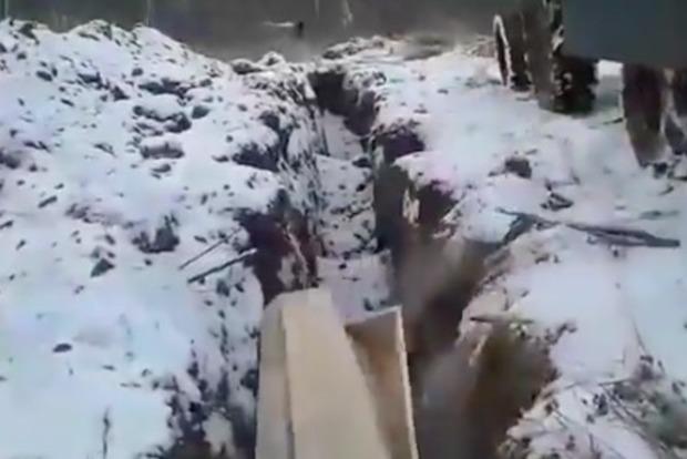 Новый метод захоронения: в РФ массово сбрасывают гробы в траншею