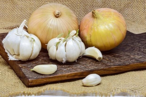 Почему не стоит есть сырые чеснок и лук