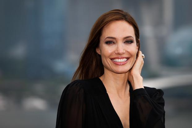 Джоли возвращается к работе после годового