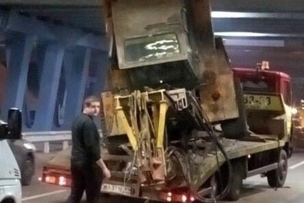 Едва не разнес: Эвакуатор чуть не разрушил мост на Левобережке