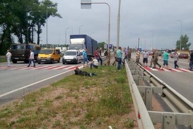 На выезде из Киева ветераны АТО перекрыли трассу