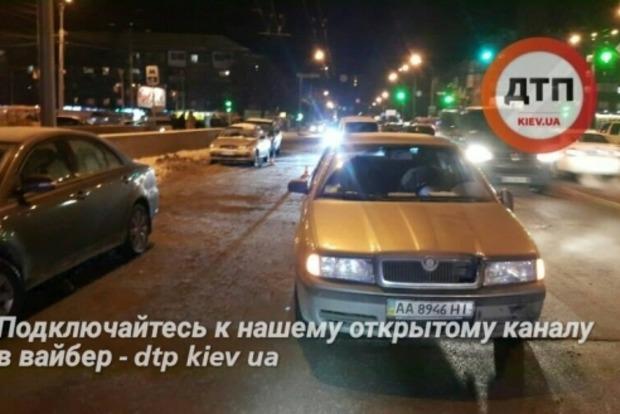 В Киеве иномарка сбила двух детей с санками, девочка в критическом состоянии