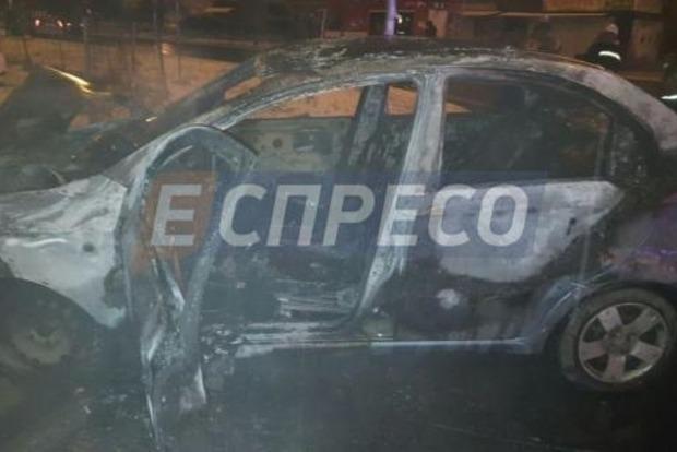 В результате серьезного ДТП в Киеве сгорел автомобиль такси