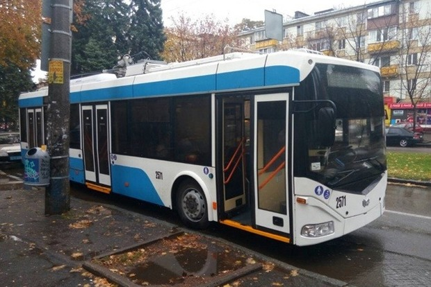 В Днепре неизвестные расстреляли троллейбусы и маршрутку