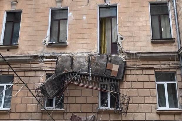 В Одессе упали два балкона, остатки конструкции висят над окнами