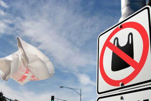 Парламент принял закон, запрещающий продажу и распространение пластиковых пакетов.
