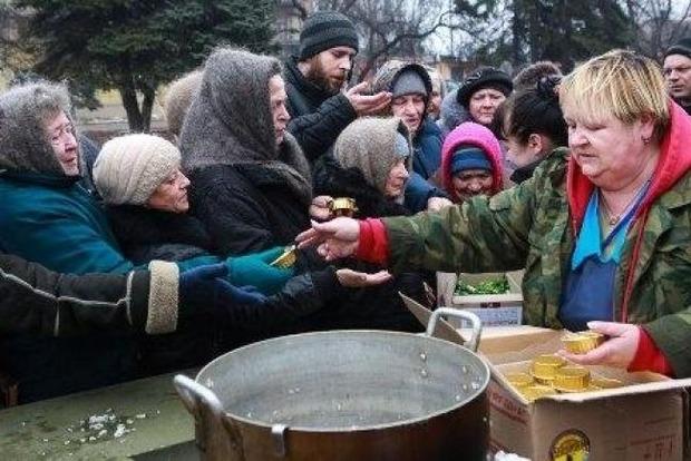Террористы урезали зарплаты жителям Донбасса, а долги будут выдавать продуктами