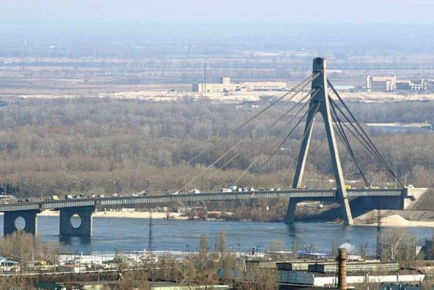 В Киеве частично ограничат движение на мосту Патона и Московском мосту