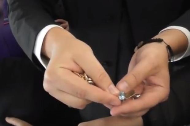 НАБУ показало видео, как считало в самолете золотые слитки Розенблата
