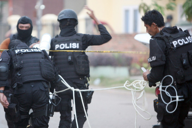 Взрывы в Джакарте: появились жуткие видео с места событий