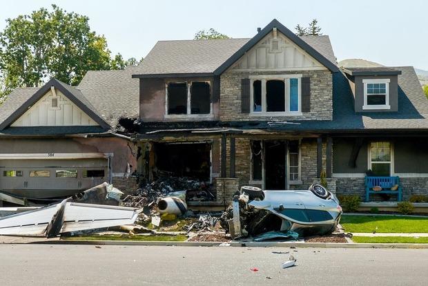 Мужчина поссорился с женой и разбомбил свой дом на угнанном самолете