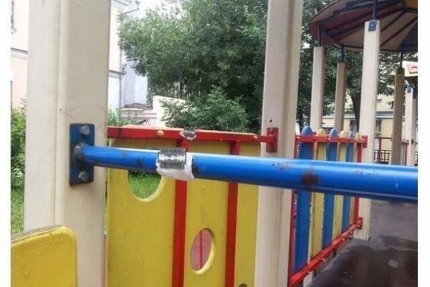 Психопаты прикрепили лезвия к детским качелям в Одессе