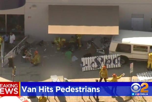 ВЛос-Анджелесе фургон въехал втолпу пешеходов