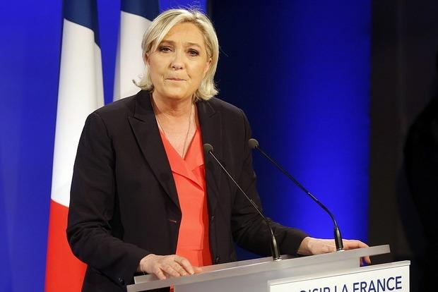 Ле Пен признала свое поражение на выборах президента Франции и ... пошла на танцы. Видео