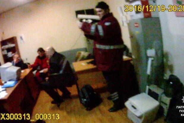Мужчина с ножом напал на прохожих с ребенком в Киеве