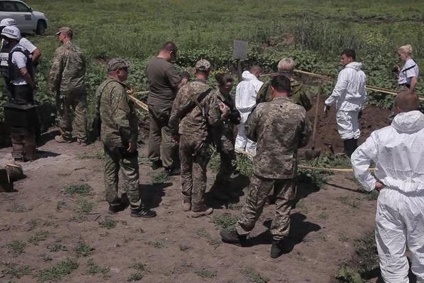 В Луганской области найдены останки погибших с шевроном «Россия - вооруженные силы» (фото)