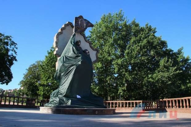 Ватнику, гумконвою и пилотке: Все шедевральные памятники, установленные на Донбассе