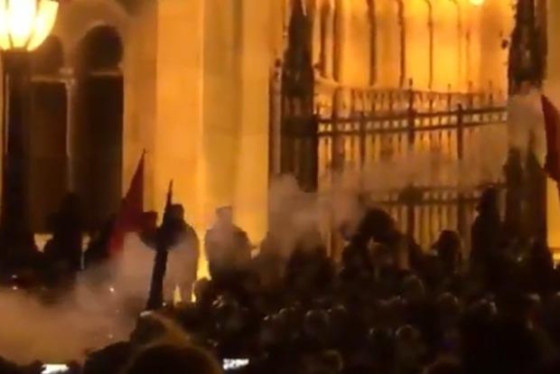 Венгры на протестах из-за рабского закона подрались с полицией