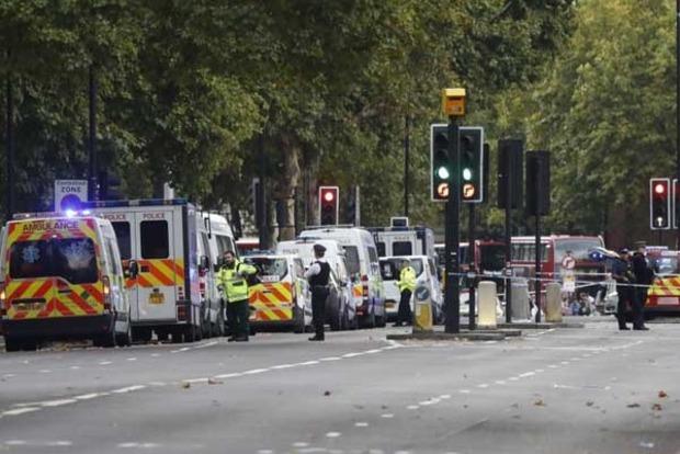 В центре Лондона легковой автомобиль врезался в толпу людей