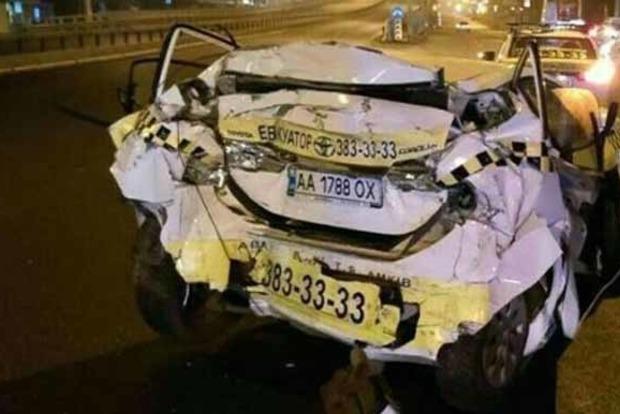 В Киеве пьяный водитель фуры протаранил эвакуатор, такси и дерево