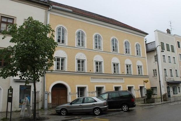 Парламент Австрии разрешил конфисковать дом, где родился Адольф Гитлер