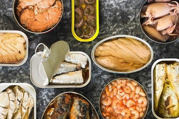 В Украине очаги ботулизма обнаружены в рыбной консерве. Сыворотки в больницах до сих пор нет