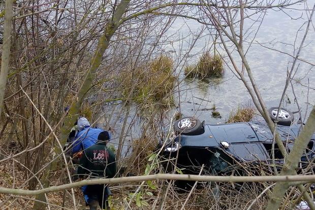 Автомобиль с телом женщины достали из пруда под Киевом