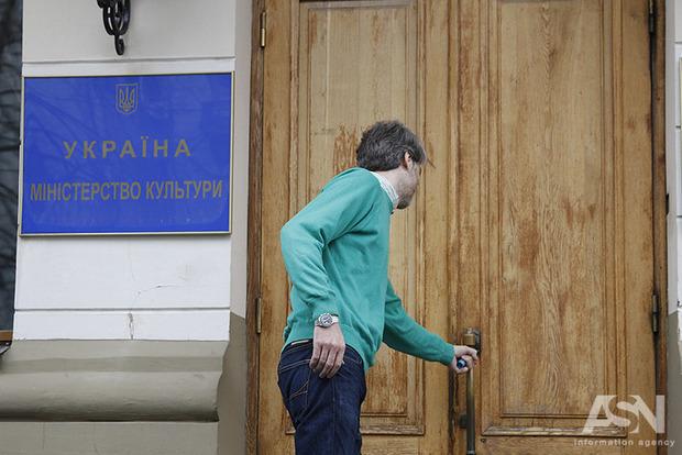 Работа по срочному контракту добивает украинскую культуру