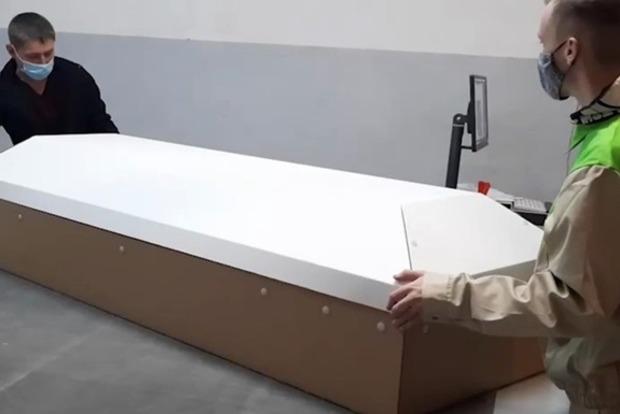 В оккупированном Крыму наладили производство картонных гробов. Видео