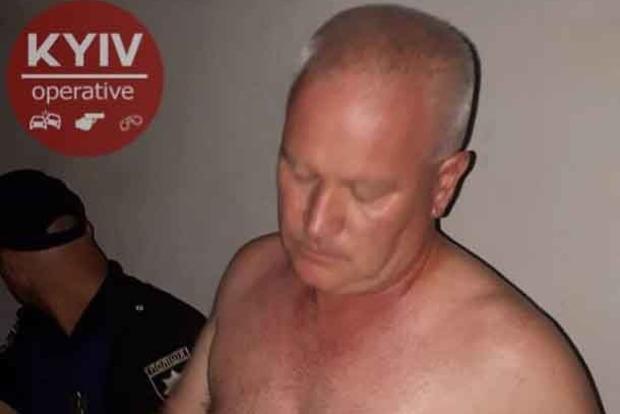 В Киеве пьяный мужчина хотел зарубить саблей прохожего