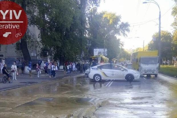 Возле Куреневского парка в Киеве прорвало трубы, движение транспорта остановилось